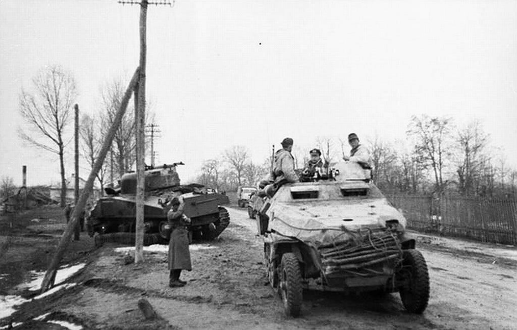 """Немецкий БТР Sd.Kfz.251 и подбитый советский танк M4 """"Sherman"""". 1944 год."""