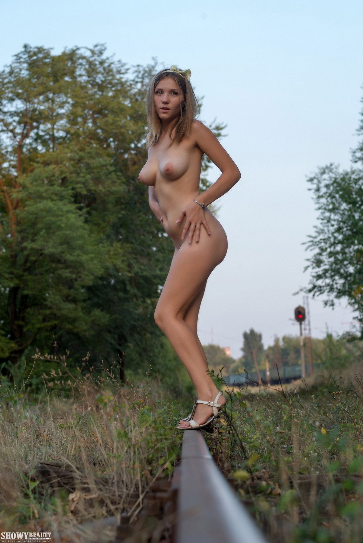 Anasteziya хулиганит возле железной дороги