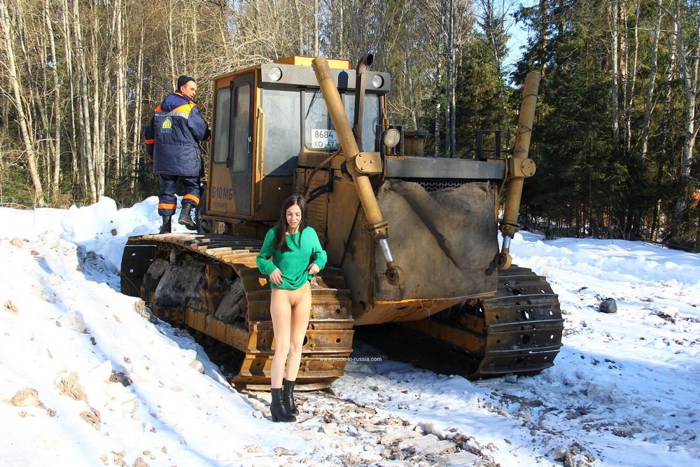 Голая Лера лазит по трактору в зимнем лесу