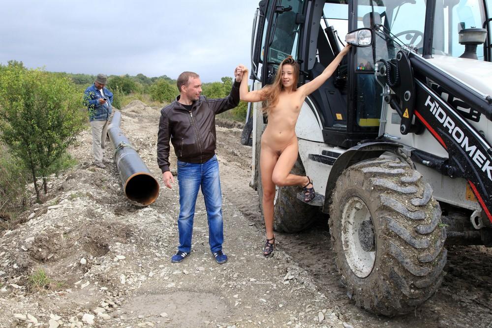 Голая Яна смущает строителей