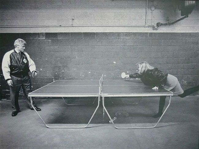 Билл и Хиллари Клинтон играют в пинг-понг.