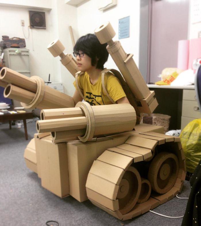 Грозный картонный танк с большими орудиями.