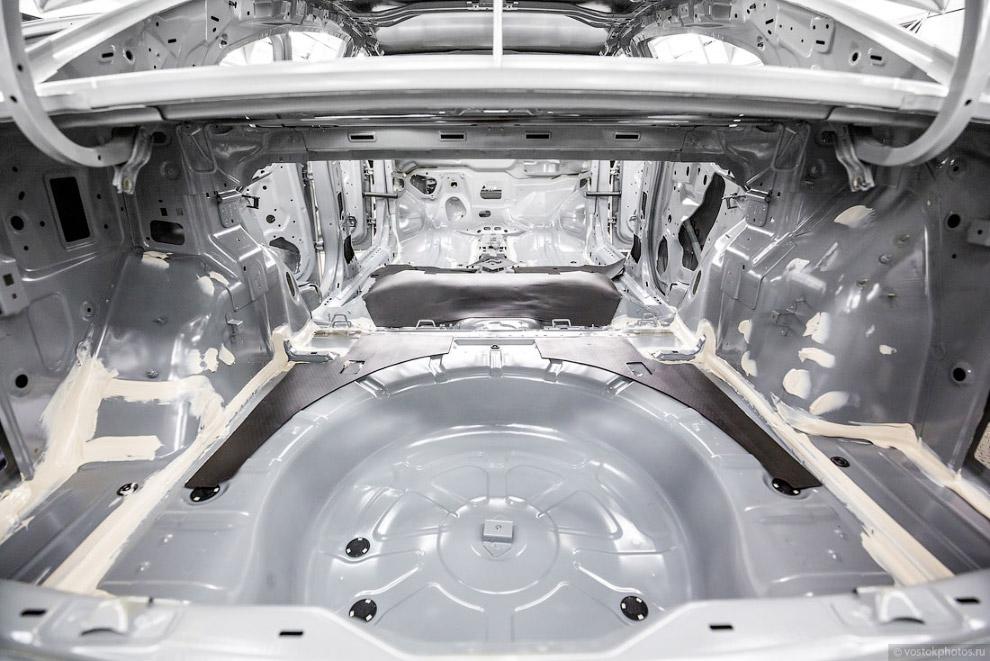 22. На подготовленный соответствующим образом кузов грунт наносится роботами.