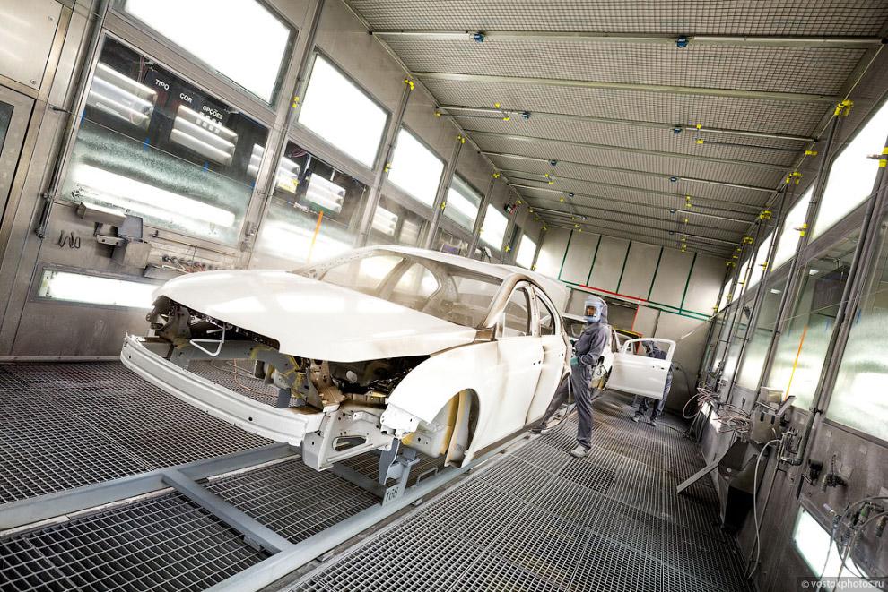 28. Дальнейшее нанесение краски осуществляется с помощью роботов, которые могут окрашивать авто