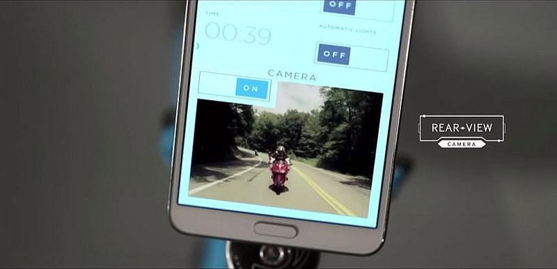6. Камера заднего вида выводит изображение на экран смартфона.