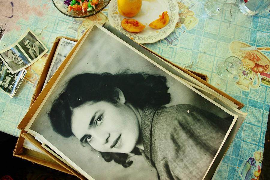 9. Кнарик (это «лира» по-армянски) несет старые фото мужа и свои. Кнарик в молодости глядит на нас у