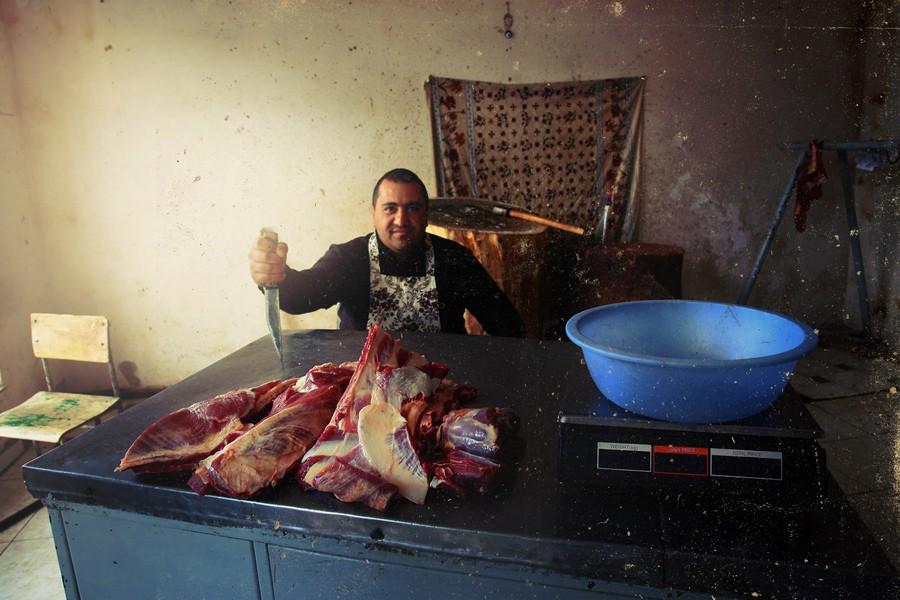 20. Люди в респектабельных костюмах от Armiani рубят мясо внутри. Гавар — самое прекрасное захолусть