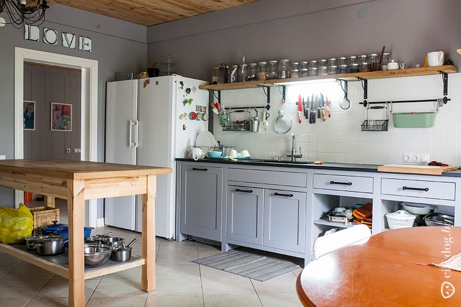 42. — Кухня — это моя гордость, — говорит Максим. — Я сам делал эскизы, заказывал ее, каменные плиты