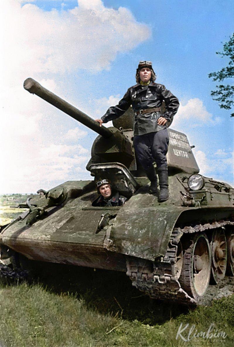 """Член экипажа тяжелой самоходной-артиллерийской установки ИСУ-152 перед боем с """"Личным счетом мести в"""
