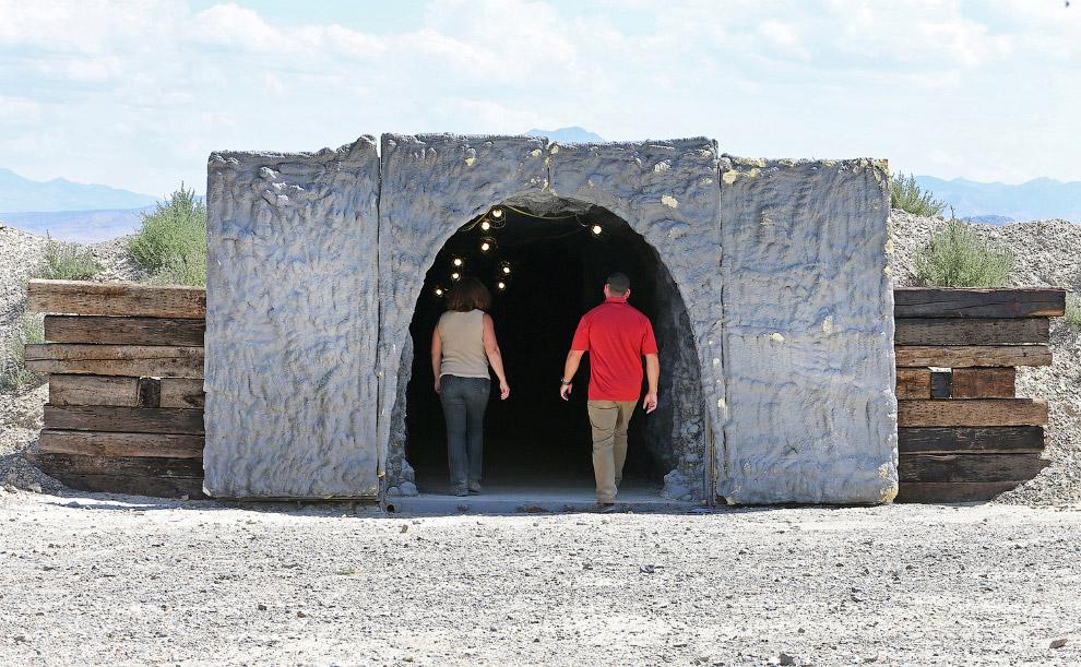 13. Внутри не скажешь, что это соединенные между собой контейнеры. Больше похоже на пещеры. (Фо