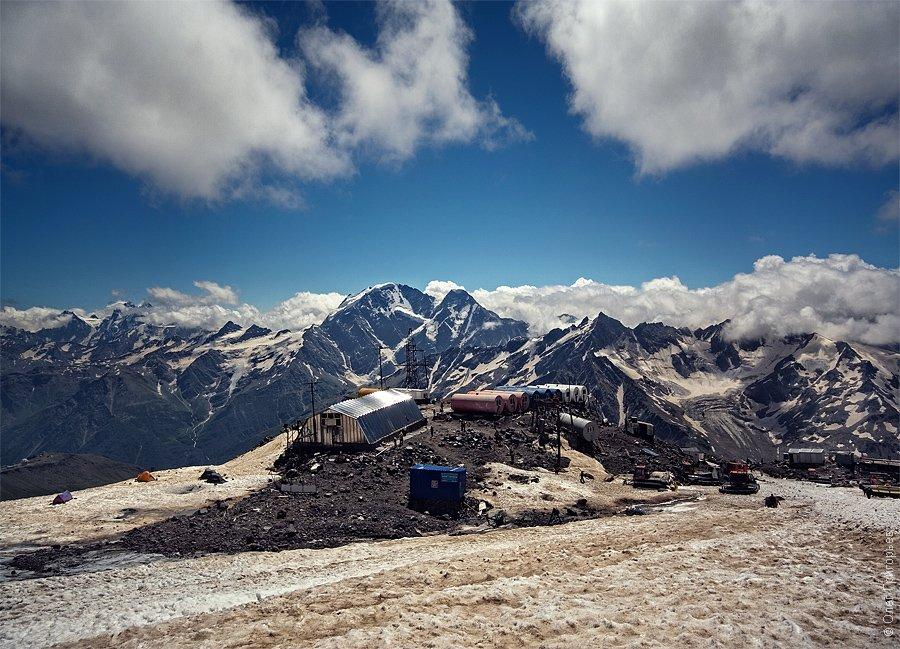 Базовый лагерь (4 200м) установили среди скал. С этой высоты открывается великолепный панорамны