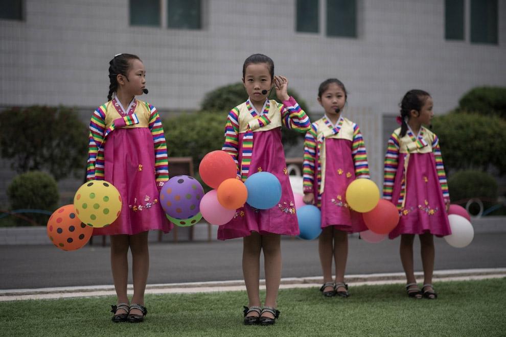 18. Собрались, чтобы выразить уважение северокорейским лидерам.
