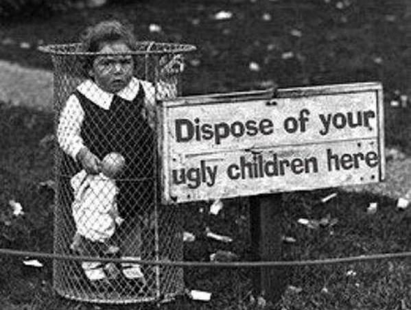 Знаменитый снимок, сделанный в США ориентировочно в 1928 году. Бедная девочка стоит в урне, а рядом