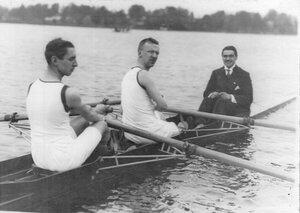 Члены кружка в лодке