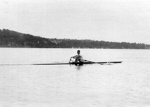 Лодка-одиночка, типа клинкер, на озере