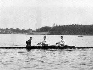 Двухместная лодка-клинкер с гребцами на озере
