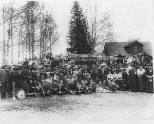 Группа членов общества на загородной экскурсии