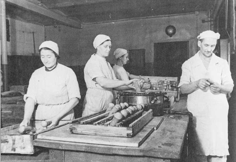 12.12.1941 года. Изготовление «ромовых баб» на 2-й кондитерской фабрике. А.Михайлов, ТАСС