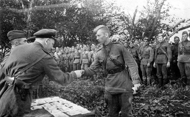 награждение в Красной Армии.jpg