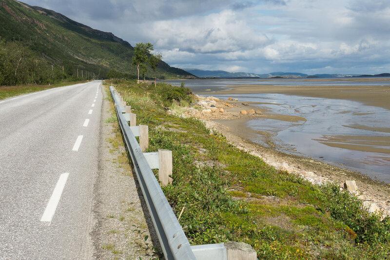 дорога вдоль фьорда Порсангер (Porsangerfjorden) у Лаксельв (Lakselv)