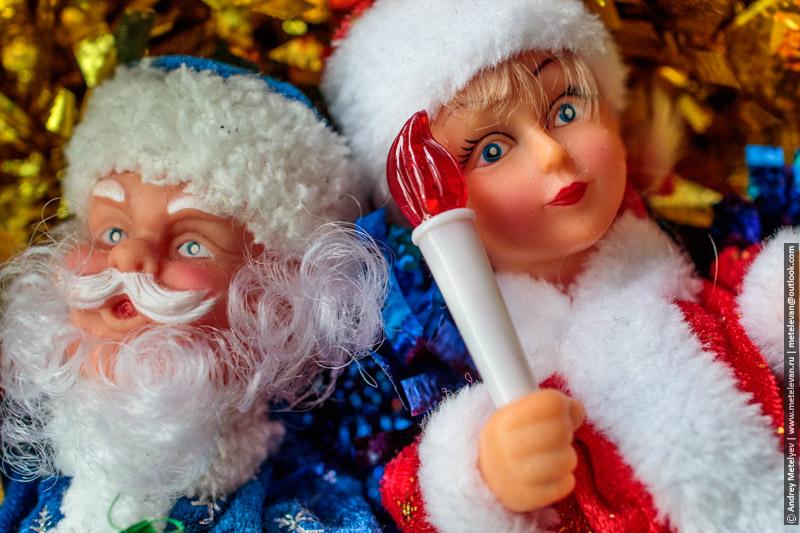 дед мороз и снегурочка лежат в коробке ждут следующего нового года