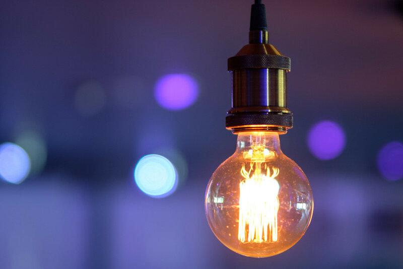 лампа накаливания со спиралью на размытом заднем фоне