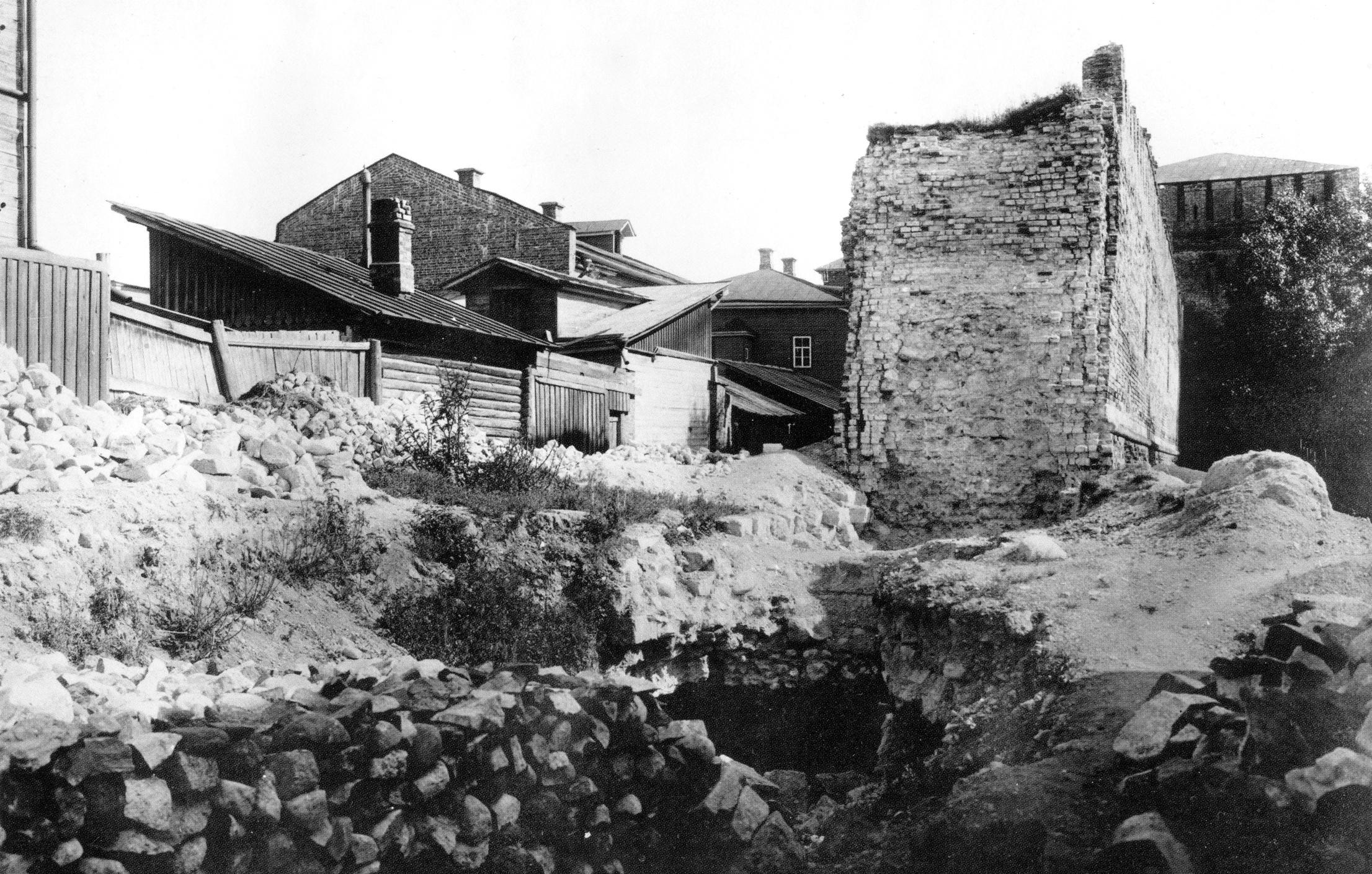 Разрушение фундамента крепостной стены около Никольской башни. 1907