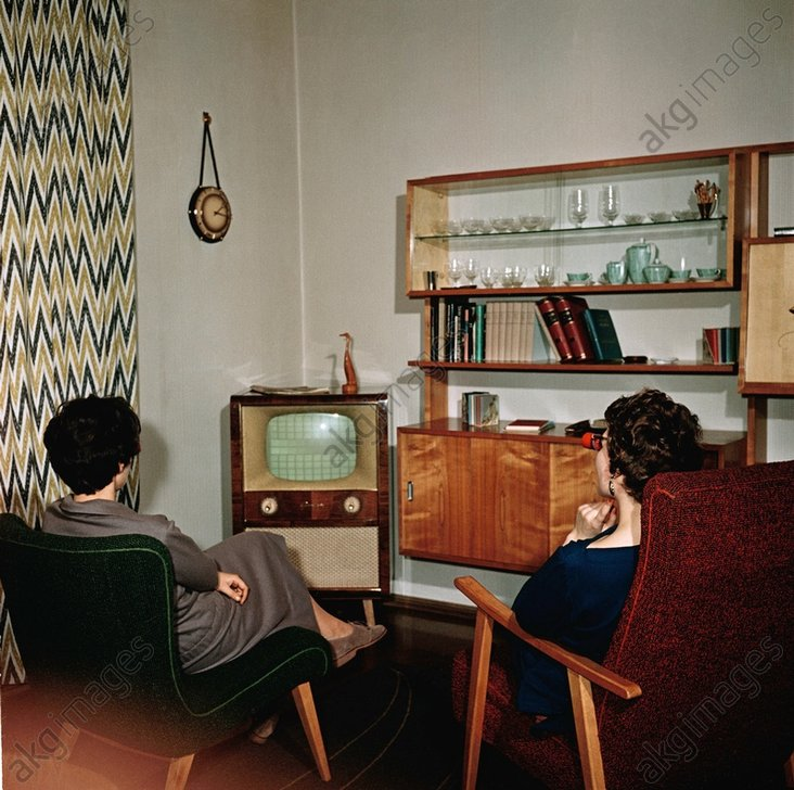 Zwei Damen vor Fernseher / Foto 50er - Two women in front of TV / Photo 1950s - Deux femmes dev. tйlйviseur / annйes 50