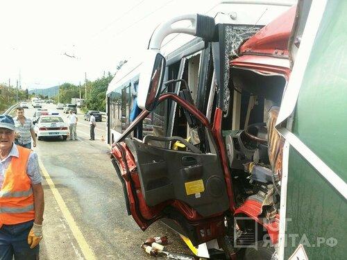 Около Малого маяка случилось лобовое столкновение грузового автомобиля итроллейбуса
