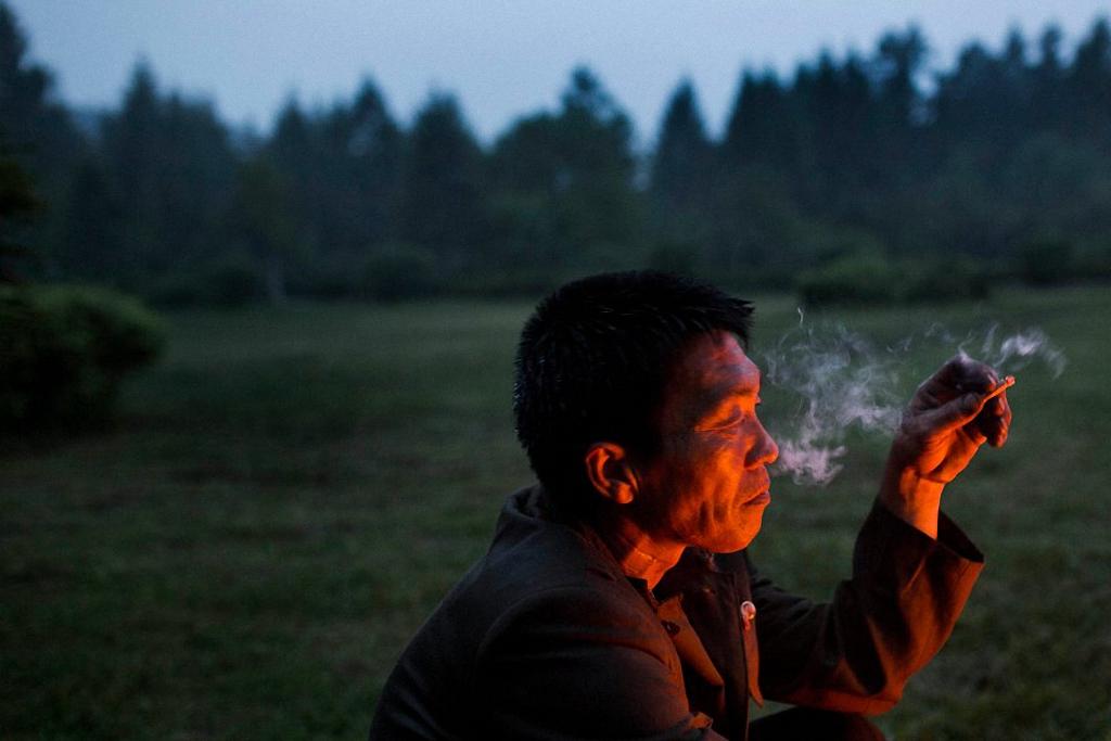 8. Мужчина у костра. Окрестности города Samjiyon, провинция Ryanggang. (Фото: AP Photo / David Gutte