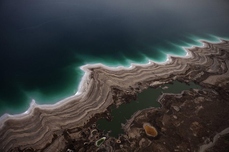 Покрывшиеся солью камни на побережье Мёртвого моря, 11 апреля 2012 года.