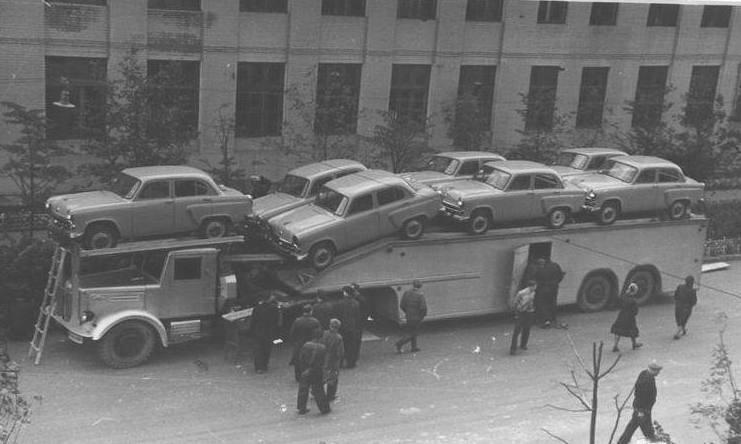 Автопоезд состоял из седельного тягача МАЗ-200В и специально полуприцепа для перевозки автомобилей.