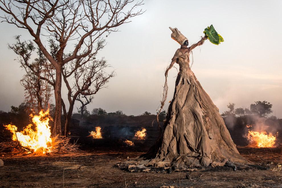 3. Сюрреалистические фигуры сделаны из предметов и мусора, найденных в каждом конкретном месте Африк