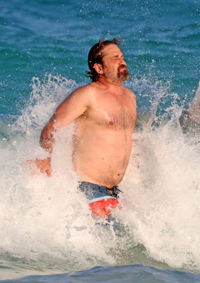 Сейчас Джерард отдыхает со своей девушкой Морган Браун в Мексике. На кадрах, которые удалось сделать