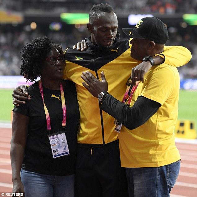 Спортсмен со своими родителями, которые тоже присутствовали во время прощания на стадионе.