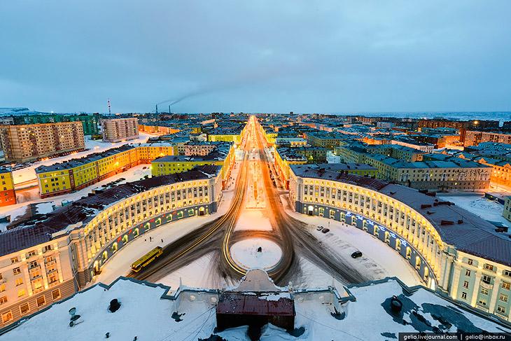 Вид на Ленинский проспект, Старый город и гору Шмидтиха. Норильск — второй крупнейший по населению в