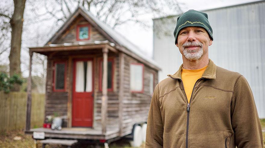 9. Арт паркует свой дом (11 квадратных метров) за скалодромом в Луизиане
