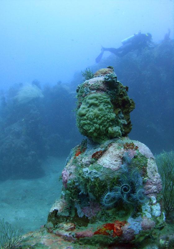 Статуя Будды под водой.jpg