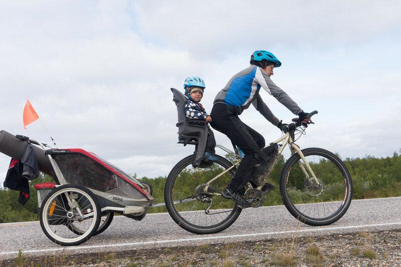 велопоход с ребенком с велоприцепом thult chariot cougar и велокреслом hamax smiley