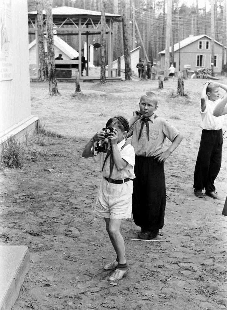 Юные фотокорреспонденты в пионерском лагере Ангара. Братск, 1959 год..jpg