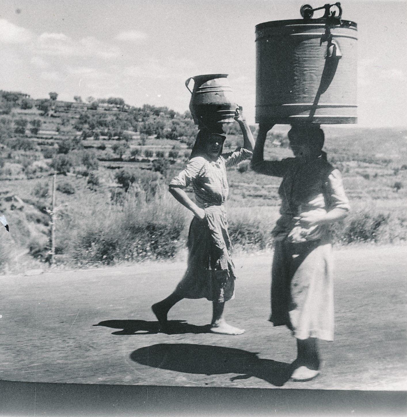 Женщины с кувшинами воды