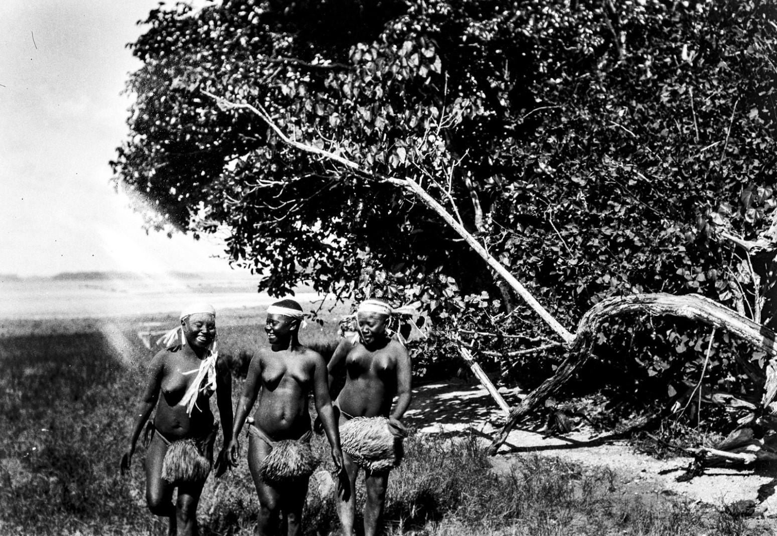 1210. Народность онге. Группа женщин танцует на берегу