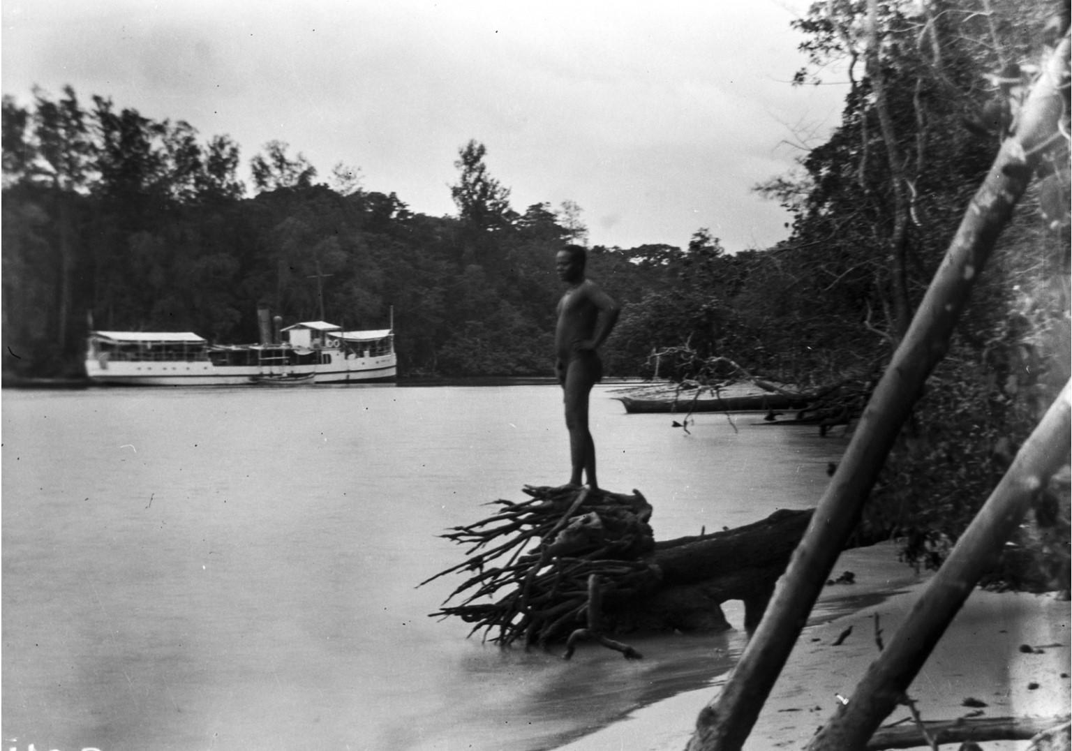 1235. Мужчина стоит на коряге в Порт-Блэр
