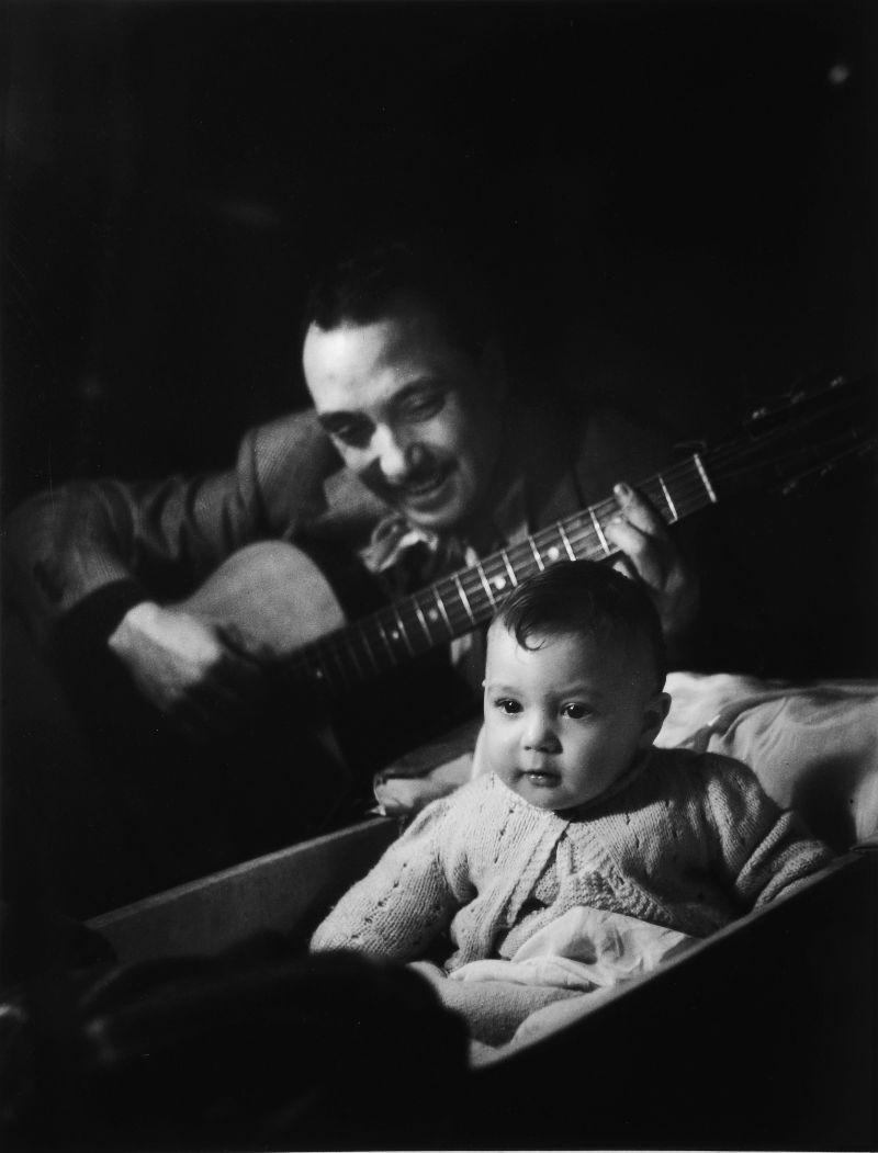 1946. Джанго Рейнхардт с ребенком