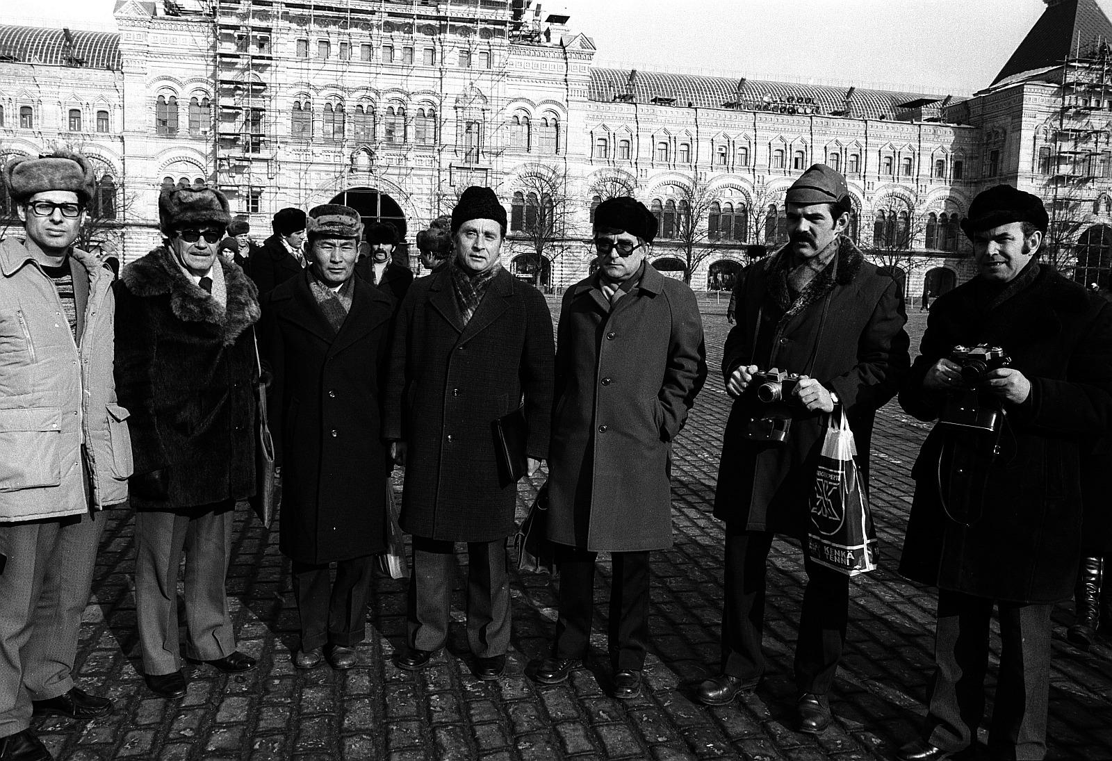 Немецкие туристы на Красной площади перед зданием универмага «ГУМ»
