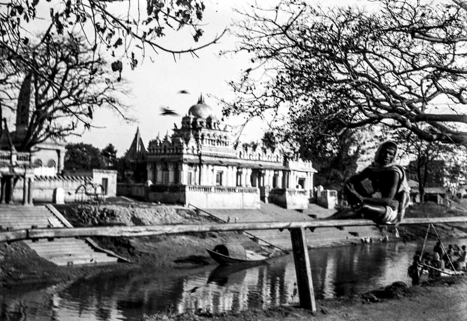 1290. Вид на храм кремации в Калигхате