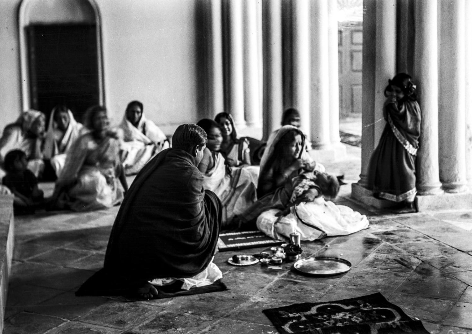 1305. Семья Тагоров во время ритуальной трапезы в часовне