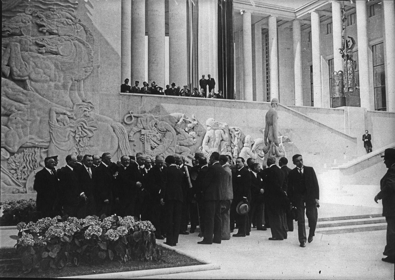 Торжественное открытие павильона города Париж (Музей современного искусства). Члены правительства возле барельефов здания. 24 мая 1937.JPEG