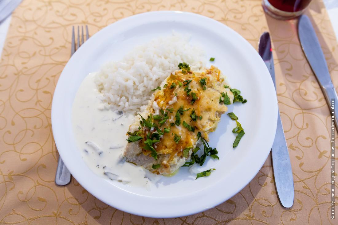Запеченное с овощами куриное филе, отварной рис, соус «Тар-тар»