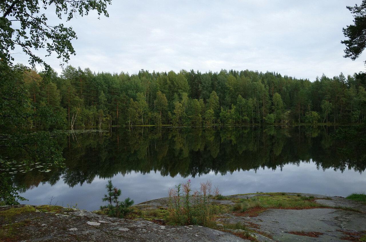 зеркальный штиль на озерце